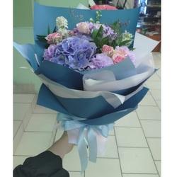 Букет из роз с синей гортензией