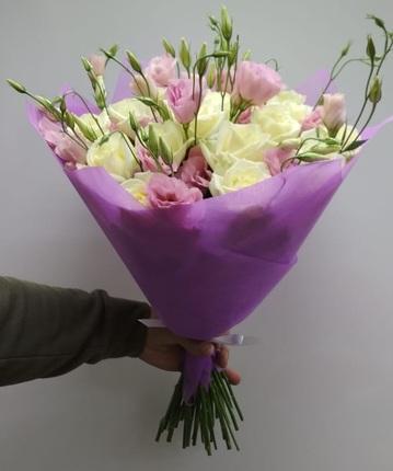 Букет с розами и лизиантусом