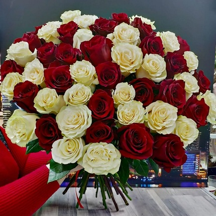 Букет 51 красно-белая роза 70 см (Эквадор)